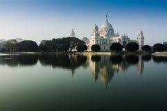 Мемориал Vctoria, Kolkata, Индия - отражение на воде. стоковые изображения rf