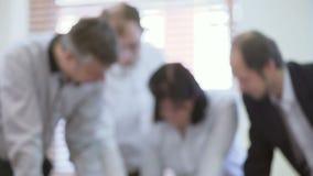 Менеджеры высшего звена начиная следующую стратегию компании года, обсуждая бумаги дела акции видеоматериалы