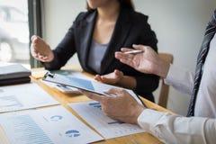 Менеджеры и бухгалтеры проверяли финансы компании Подготовить определение на прошлый 5 год стоковое изображение