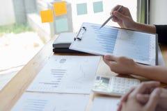 Менеджеры и бухгалтеры проверяли финансы компании Подготовить определение на прошлый 5 год стоковое фото rf