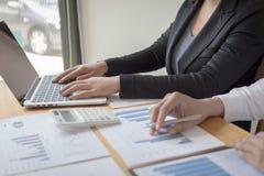 Менеджеры и бухгалтеры проверяли финансы компании Подготовить определение на прошлый 5 год стоковые фотографии rf