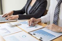 Менеджеры и бухгалтеры проверяли финансы компании Подготовить определение на прошлый 5 год стоковые изображения rf