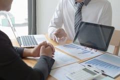 Менеджеры и бухгалтеры проверяли финансы компании Подготовить определение на прошлый 5 год стоковое изображение rf