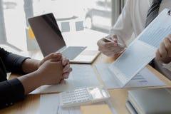 Менеджеры и бухгалтеры проверяли финансы компании Подготовить определение на прошлый 5 год стоковые изображения