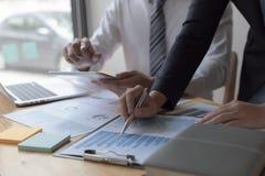 Менеджеры и бухгалтеры проверяли финансы компании Подготовить определение на прошлый 5 год стоковые фото