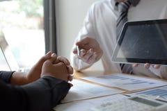 Менеджеры и бухгалтеры проверяли финансы компании Подготовить определение на прошлый 5 год стоковая фотография rf