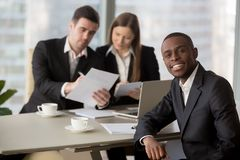 Менеджеры HR читая резюме черного соискателя Стоковое фото RF