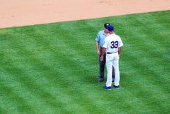 Менеджер бейсбола спорит звонок с судьей на вышке стоковые изображения rf