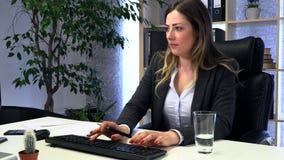 Менеджер брюнета работает в офисе с документами акции видеоматериалы