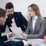 Менеджер дамы пробует организовать работая процесс с коллегами в офисе Коллеги на встрече, офис дела Стоковая Фотография RF