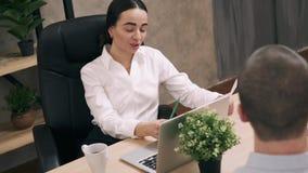 Менеджер женщины нанимает нового работника в офисе