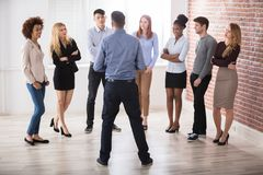 Менеджер имея переговор с его коллегами дела стоковое изображение