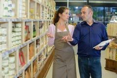 Менеджер инструктируя работника в магазине Стоковое Фото