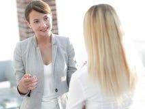 Менеджер и дело объединяются в команду говорить в офисе стоковое фото rf