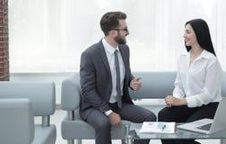 Менеджер и клиент говоря в современном офисе Стоковое фото RF