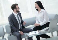 Менеджер и клиент говоря в современном офисе Стоковые Изображения RF