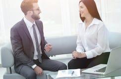 Менеджер и клиент говоря в современном офисе Стоковое Фото