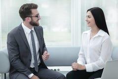 Менеджер и клиент говоря в современном офисе Стоковые Фото