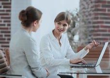 Менеджер и клиент обсуждают полученную информацию с компьтер-книжкой Стоковые Фотографии RF