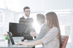 Менеджер и клиент трясут руки встречая в офисе Стоковое Изображение