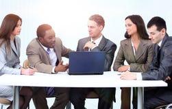 Менеджер и команда дела в офисе стоковые фотографии rf