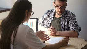 Менеджер компании объясняя сроки действия договора к клиенту, handshaking делая дело сток-видео