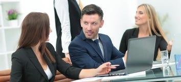 Менеджер компании созывает собрание деятельности перед делом стоковая фотография