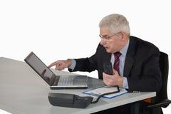 менеджер компьтер-книжки указывая старший Стоковые Фото