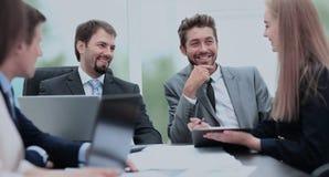 Менеджер обсуждая работу с его коллегами Стоковое Изображение RF