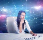 Менеджер перед столом офиса с концепцией связи стоковое фото rf