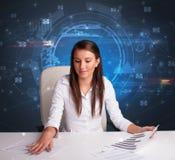 Менеджер перед столом офиса с концепцией связи стоковое фото