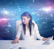 Менеджер перед столом офиса с концепцией связи стоковые изображения rf