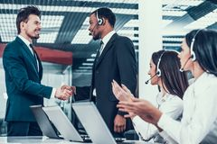 Менеджер поздравляет работника в центре телефонного обслуживания Стоковое Изображение