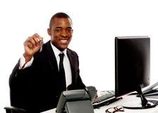 Менеджер показывая ключей офиса к камере Стоковые Фотографии RF