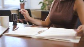 Менеджер работает с бумагами на офисе Данные по исследования женщины видеоматериал