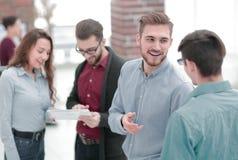 Менеджер советуя с с его коллегами в офисе стоковые фотографии rf
