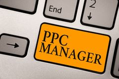 Менеджер Ppc текста почерка Смысл концепции который рекламодателя оплачивают гонорару each time одному их объявлений щелкнутый кл стоковое изображение