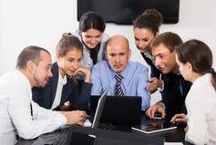 Менеджеры говоря о проекте дела Стоковые Фото