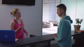 Менеджер в центре йоги имеет переговор с клиентом сток-видео