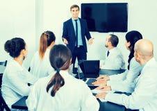Менеджер делая речь во время деловой встречи Стоковое Фото