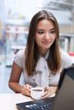 Менеджер женщины в современном офисе работая на компьютере Стоковые Фото