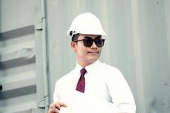 Менеджер инженера с шляпой безопасности работает на работе места Стоковое Изображение