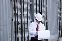 Менеджер инженера с шляпой безопасности работает на работе места Стоковые Фото