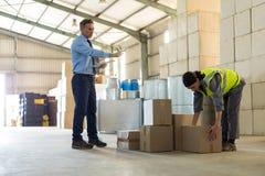 Менеджер инструктируя женский работника пока работающ Стоковая Фотография