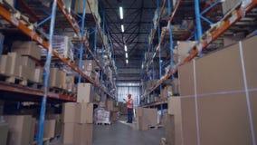 Менеджер идет в storehouse акции видеоматериалы