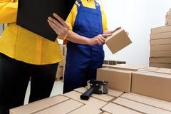 Менеджер и работник в фабрике стоковые фотографии rf