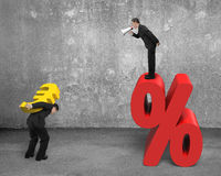 Менеджер крича на знаке нося евро работника метки процента Стоковое Фото