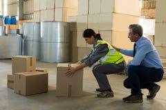 Менеджер мотируя женского работника пока работающ Стоковая Фотография RF