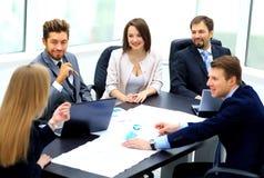 Менеджер обсуждая работу с его коллегами Стоковая Фотография RF