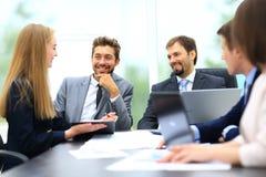 Менеджер обсуждая работу с его коллегами Стоковые Фото